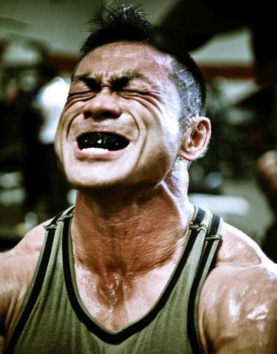 Serrer les dents pendant un exercice vous rend plus fort