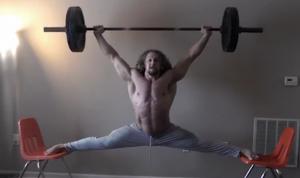 7778807427_le-bodybuilder-jujimufu-en-equilibre-avec-des-halteres-de-45-kilos
