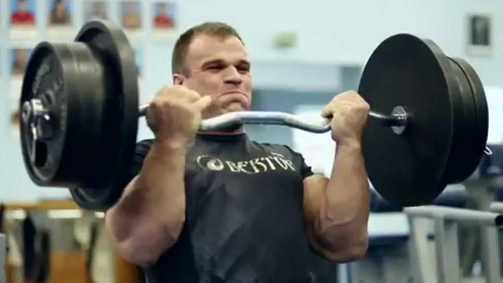 Ce champion de bras de fer ukrainien fait les biceps avec 140 kg !