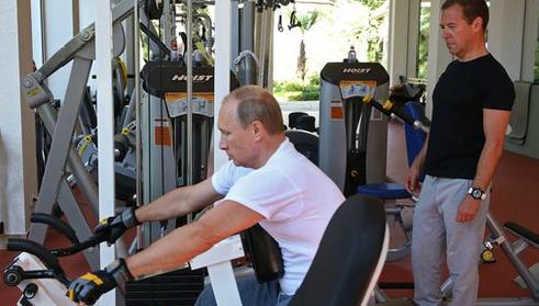 Le président russe Poutine montre à son premier ministre comment soulever de la fonte