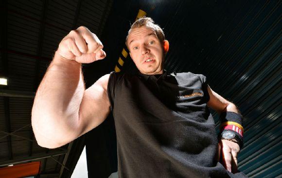Ce champion de bras de fer a un avant-bras plus gros qu'une cuisse !