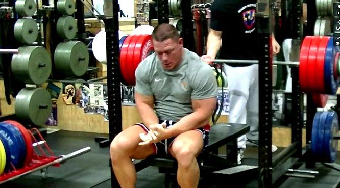 John Cena, 38 ans, passe les 210 kg au développé couché !