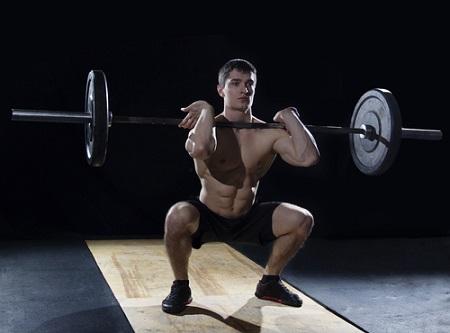 Squat barre devant ou squat frontal