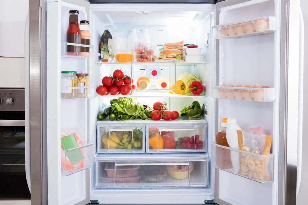 Avoir les aliments essentiels dans le frigo