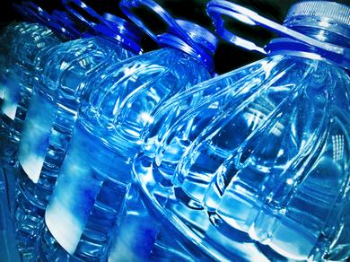 Pecs à la maison avec des bouteilles d'eau