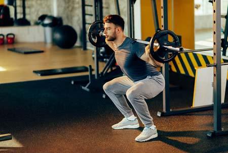 Le squat à la parallèle est dangereux pour les genoux