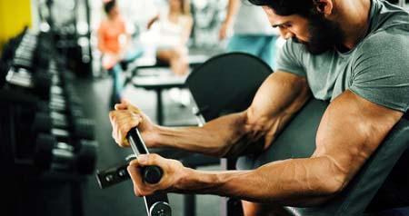 Variez les exercices pour progresser aux bras