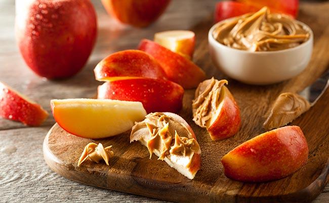 Idée de collation : beurre de cacahuète sur des pommes