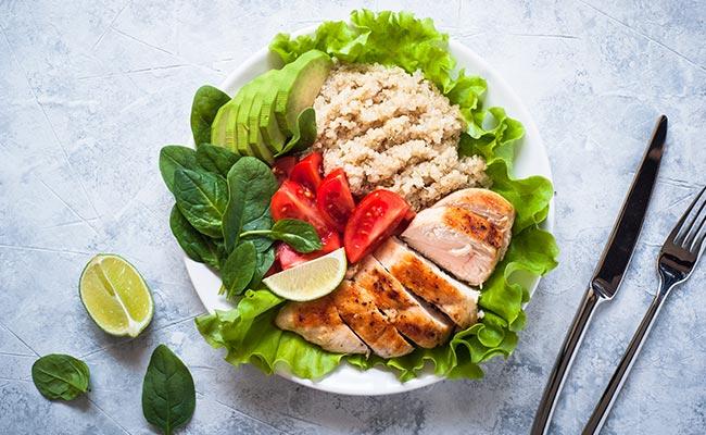 Plat diet : poke au poulet avocat et quinoa
