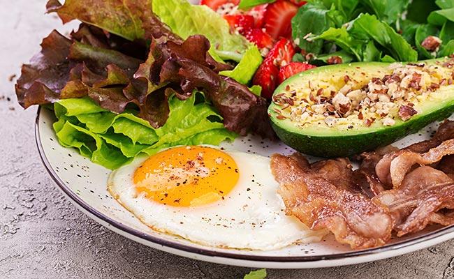Petit déjeuner protéiné : oeuf au plat, bacon et avocat