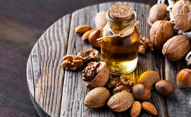 Noix et huile de noix sur un plateau