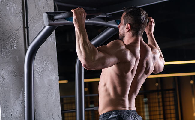 Sportif qui fait des tractions / pull-up