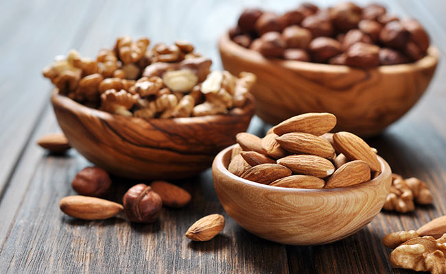 Amandes, noix et noisettes dans des bols