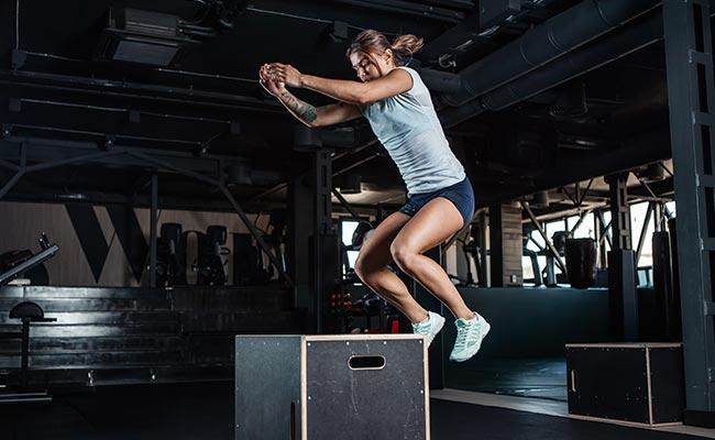 Fit girl en box jump