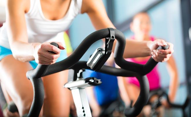 Séance de cardio training sur vélo de spinning