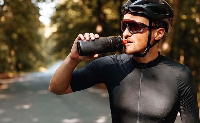 Boisson d'effort lors d'une sortie à vélo